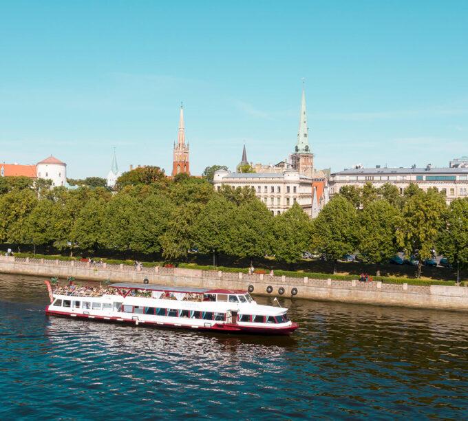 """Atpūtas kuģītis """"Vecrīga"""" - modernākais un populārākais pasažieru kuģītis Latvijā, kurš spēj uzņemt līdz pat 160 pasažierus."""
